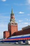 Torre de reloj de Spasskaya y tribuna del día de fiesta Imagenes de archivo