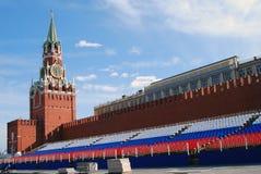 Torre de reloj de Spasskaya y tribuna del día de fiesta Imagen de archivo libre de regalías