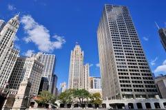 Torre de reloj de Wrigley, edificio y otros edificios, Chicago de la tribuna Imagen de archivo libre de regalías