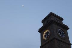 Torre de reloj debajo de la luna Imagen de archivo libre de regalías