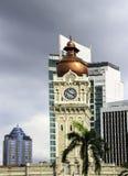 Torre de reloj del edificio de Sultan Abdul Samad con los edificios modernos imagen de archivo libre de regalías