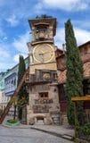 Torre de reloj del teatro Rezo Gabriadze de la marioneta en centro hist?rico de Tbilisi vieja, Georgia fotos de archivo libres de regalías