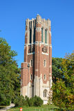 Torre de reloj en campus universitario del estado de Michigan fotografía de archivo
