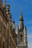 Torre de reloj en centro histórico de la ciudad europea Imagen de archivo