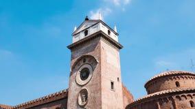 Torre de reloj en el delle Erbe en Mantua, Timelapse de la plaza almacen de video