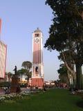 Torre de reloj en el parque de la universidad en el centro histórico de Lima Imagenes de archivo