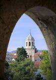 Torre de reloj en el puerto de Cavtat en Dalmacia Foto de archivo libre de regalías