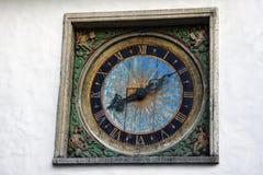torre de reloj en estilo solar en alivio con los escribanos fotos de archivo libres de regalías