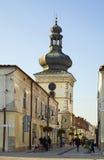 Torre de reloj en la calle de Pilsudski en Krosno polonia fotos de archivo