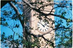 Torre de reloj en la ciudad foto de archivo libre de regalías