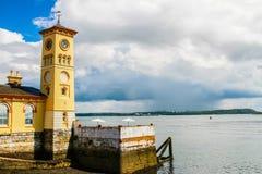 Torre de reloj en la ciudad de Cobh, Irlanda Foto de archivo libre de regalías