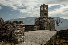 Torre de reloj en la ciudad vieja de Gjirokastra, Albania imagen de archivo libre de regalías