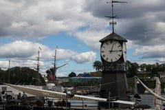 Torre de reloj en la costa de Oslo Imágenes de archivo libres de regalías