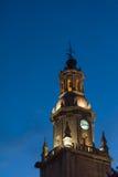 Torre de reloj en la noche fotos de archivo libres de regalías