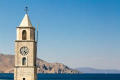 Torre de reloj en los muelles de la isla de Symi, Grecia Fotos de archivo
