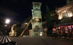 Torre de reloj que cae de Tbilisi& x27; teatro de la marioneta de s en el distrito viejo de Sololaki de Tbilisi, Georgia imagen de archivo libre de regalías