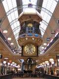 Torre de reloj que dice hora, la fecha y el día de semana en una alameda de compras Fotografía de archivo libre de regalías