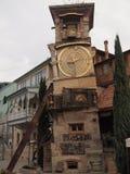 Torre de reloj que se inclina (Tbilisi, Georgia) Imagenes de archivo