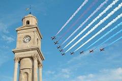 Torre de reloj roja de la exhibición de vuelo de las flechas Imágenes de archivo libres de regalías