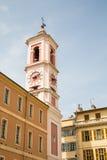 Torre de reloj rosada en el edificio amarillo del yeso Fotografía de archivo libre de regalías