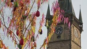 Torre de reloj vieja detrás de las franjas de Pascua que agitan metrajes