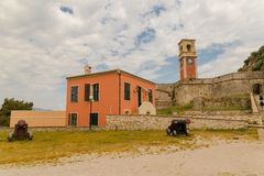 Torre de reloj vieja de la fortaleza de la isla de Corfú Grecia fotografía de archivo