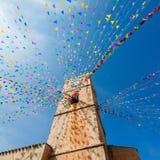 Torre de reloj, y banderas del día de fiesta en una pequeña ciudad Imágenes de archivo libres de regalías