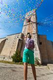 Torre de reloj, y banderas del día de fiesta en una pequeña ciudad Imagenes de archivo