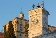 Torre de reloj y el castillo en la puesta del sol en Udine fotografía de archivo libre de regalías