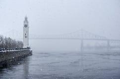 Torre de reloj y puente de Jacques Cartier en invierno imagenes de archivo