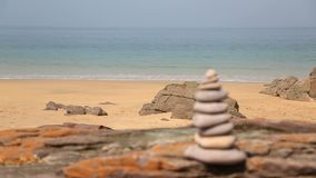 Torre de rocas en una playa metrajes