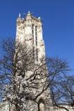 Torre de Saint-Jacques na rua de Rivoli em Paris, França imagem de stock royalty free