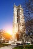 Torre de Saint-Jacques na rua de Rivoli em Paris, França fotografia de stock