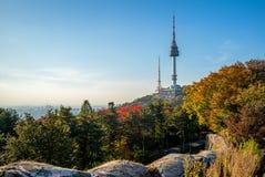 Torre de Seúl y pared de la ciudad en Seul, Corea del Sur imagenes de archivo