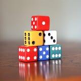 Torre de seis dados coloridos com números de 1 a 6 em um de madeira Imagem de Stock Royalty Free