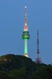 Torre de Seul en la noche Montaña de Namsan en Corea Fotos de archivo libres de regalías