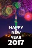 Torre de Seul y fuego artificial y Feliz Año Nuevo Fotos de archivo