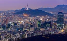 Torre de Seul y horizonte céntrico en Seul, Corea del Sur Imágenes de archivo libres de regalías