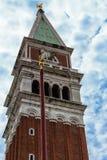 Torre de sino ascendente fechado do marco de San com fundo do céu azul Fotografia de Stock Royalty Free