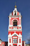 Torre de sino barroco (1818) e igreja de St George no monte de Pskov (1657-1658) Imagens de Stock Royalty Free
