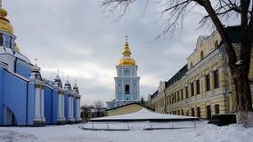 A torre de sino de catedral Dourado-abobadada do ` s de St Michael em Kiev fotografia de stock royalty free