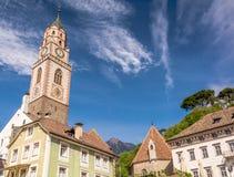 a torre de sino da catedral de São Nicolau em Merano, Bolzano, Tirol sul, Itália fotos de stock royalty free