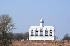Torre de sino da catedral de Sophia de Saint atrás da parede de Kremlin Fotos de Stock