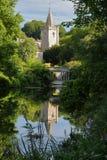 A torre de sino da igreja de trindade santamente que reflete no rio Avon em Bradford em Avon, Reino Unido Fotos de Stock
