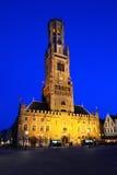 A torre de sino de Bruges iluminou na noite, Bélgica Imagens de Stock
