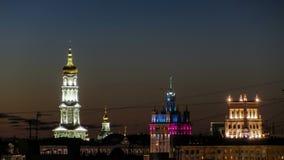 A torre de sino do Conselho Municipal da catedral Uspenskiy Sobor, da suposição e da casa com um timelapse da noite do pináculo d video estoque