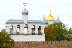 Torre de sino do fim do St Sophia Cathedral acima em um dia nebuloso de outubro O Kremlin de Veliky Novgorod, Rússia fotos de stock royalty free