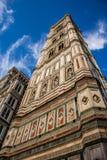 Torre de sino do ` s de Giotto perto da abóbada Santa Maria del Fiore do ` s de Florença Fotografia de Stock