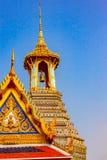 Torre de sino dourado no palácio e no templo grandes de Emerald Budd fotografia de stock