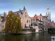 Torre de sino e construções medievais em Bruges Imagens de Stock
